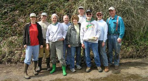 WHAS members pulling ivy at Fox Creek
